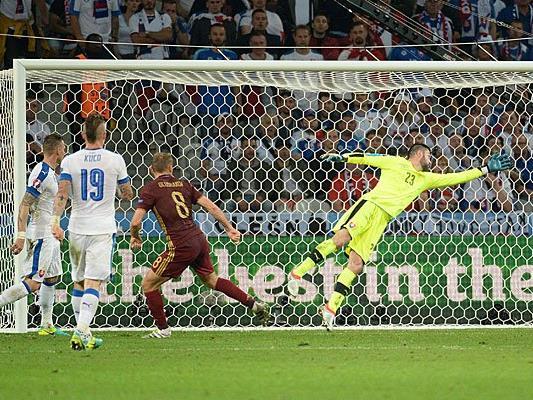 Denis Glushakov bei seinem Tor im Spiel Russland - Slowakei