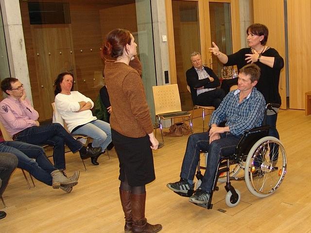 """Bei der Auftaktveranstaltung der Vortragsreihe """"Ich bin dabei"""" lud Theresia Metzler von der Caritas Egg die Teilnehmer dazu ein, den Rollstuhl auszuprobieren und zu erleben, wie es sich """"so weit unten"""" anfühlt."""