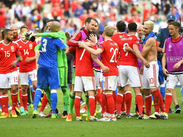 Große Freude bei dem Team aus Wales nach dem Sieg.