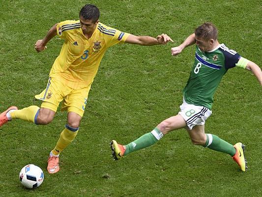 Yevhen Khacheridi (Ukraine, l.) und Steven Davis (Nordirland) beim EM-Spiel