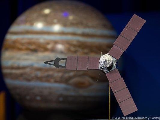 Dieses Modell zeigt Junos Umkreisung des Jupiters