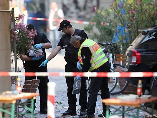 Ermittler auf der Spurensuche am Tatort in Ansbach.