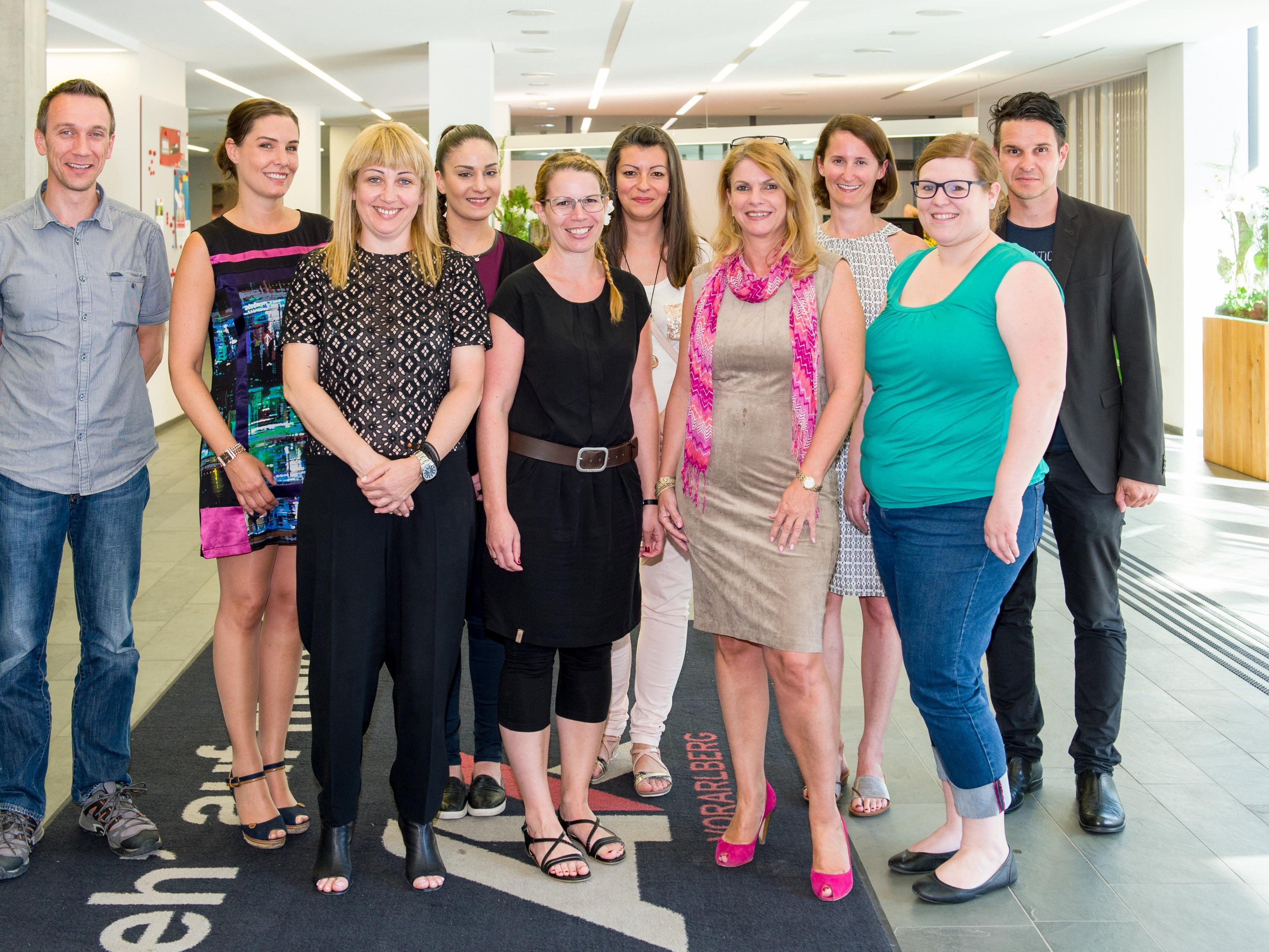 Sieben der neun erfolgreichen Kandidaten/innen mit Kursleiterin Frau Mag. Fischer (3.v.r.), Lehrgangsbetreuerin Frau Madlener (2.v.r.) und Produktmanager Mario Prünster, MAS vom BFI der AK Vorarlberg (r).