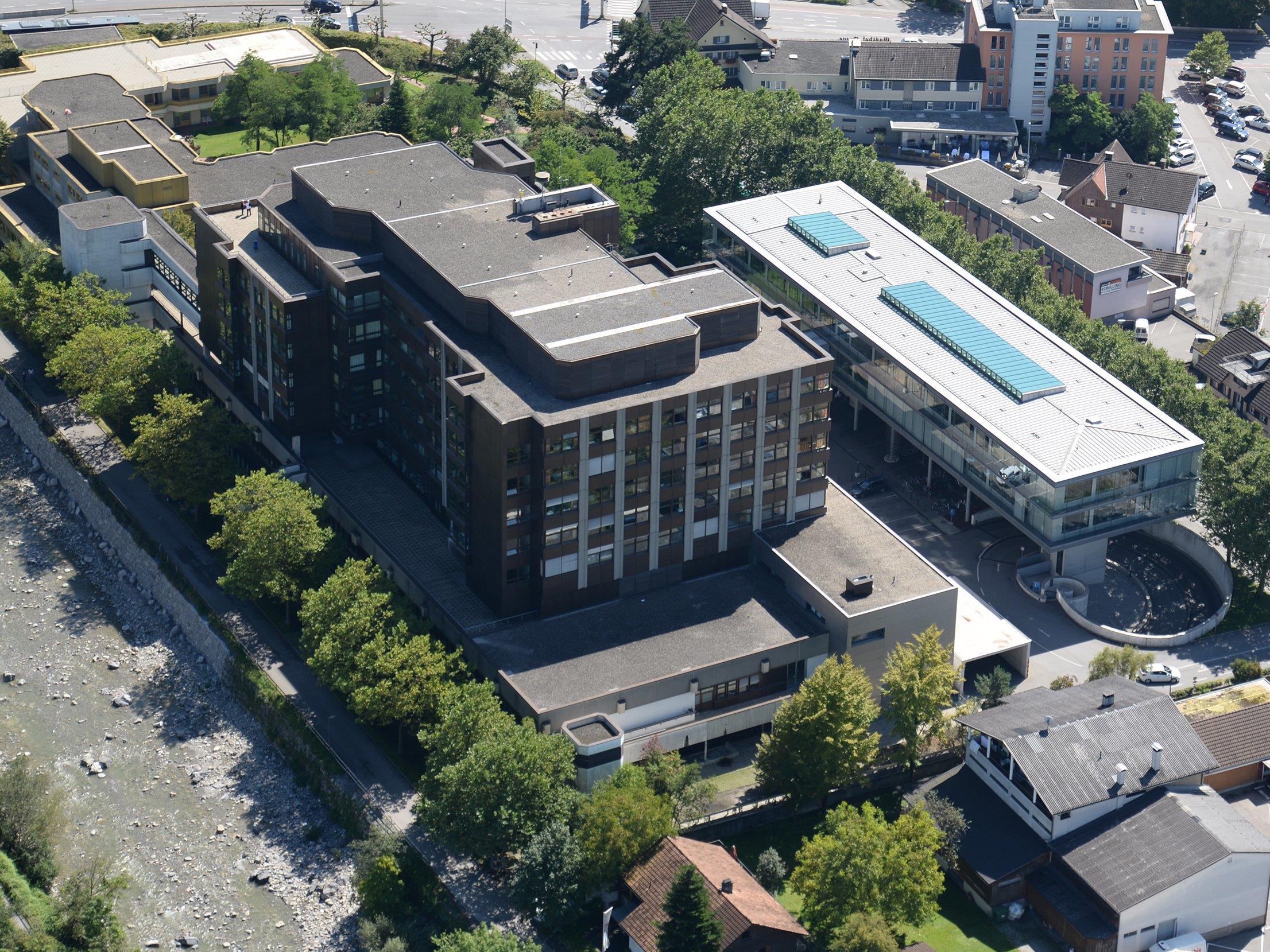 Derzeit kann das Stadtspital Dornbirn nicht von Helikoptern angeflogen werden. Der Bau einer neuen Plattform auf dem Dach des Krankenhauses verzögert sich wegen ausstehender Genehmigungen.