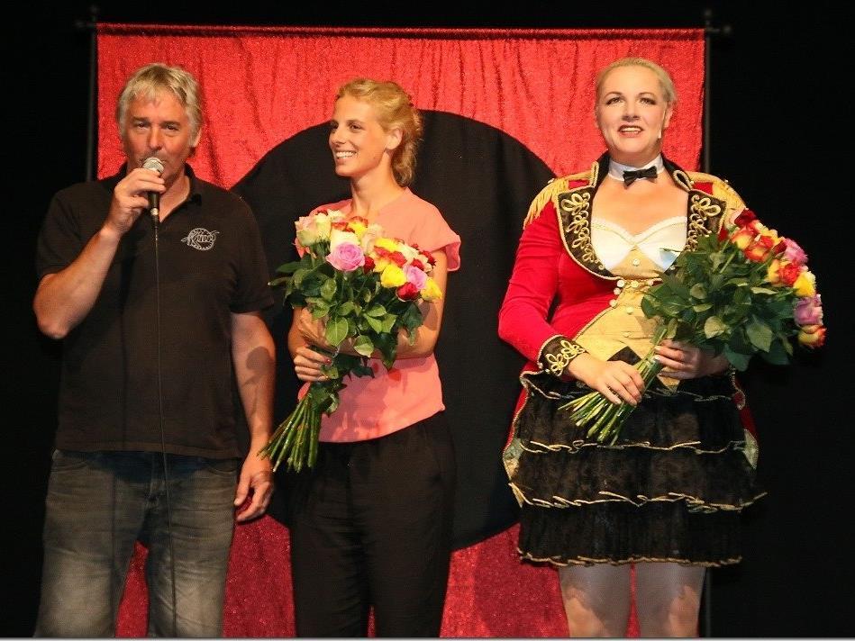Armin Wille überreicht Maria Neuschmid mit Tochter Anna einen Rosenstrauß