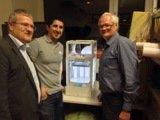 Markus Böhler übergibt den 3-D-Drucker an Daniel Rendon und Gerhard Rasser