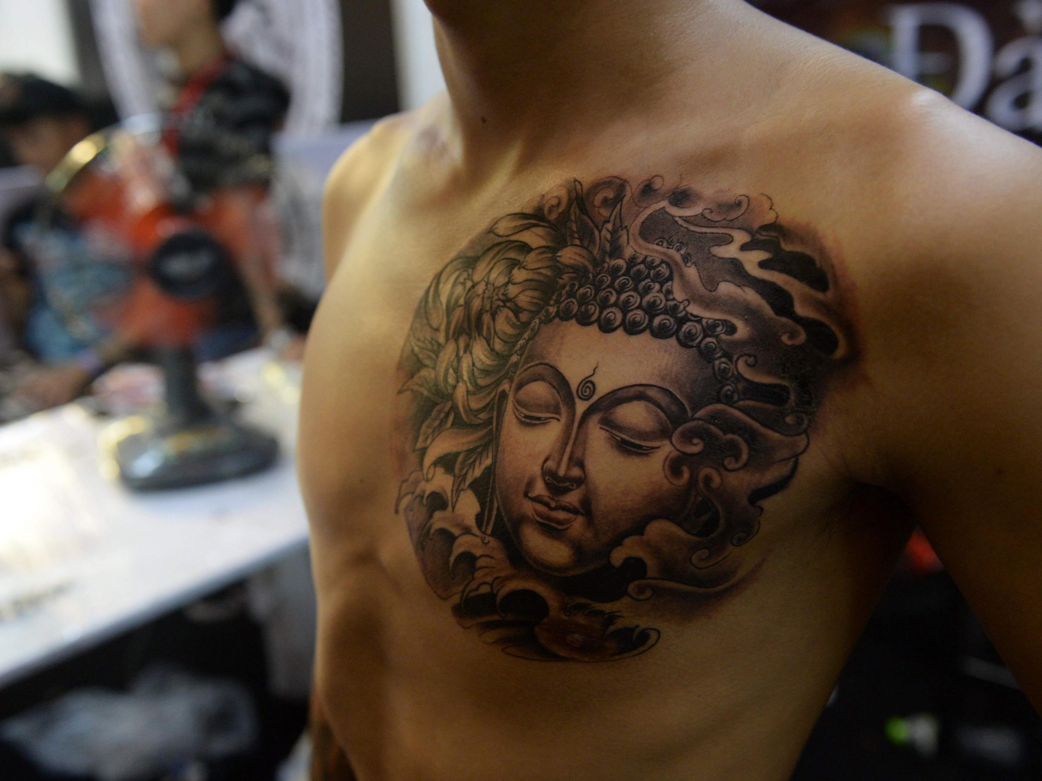 Wegen eines Tattoos fühlten sich die Mönche beleidigt