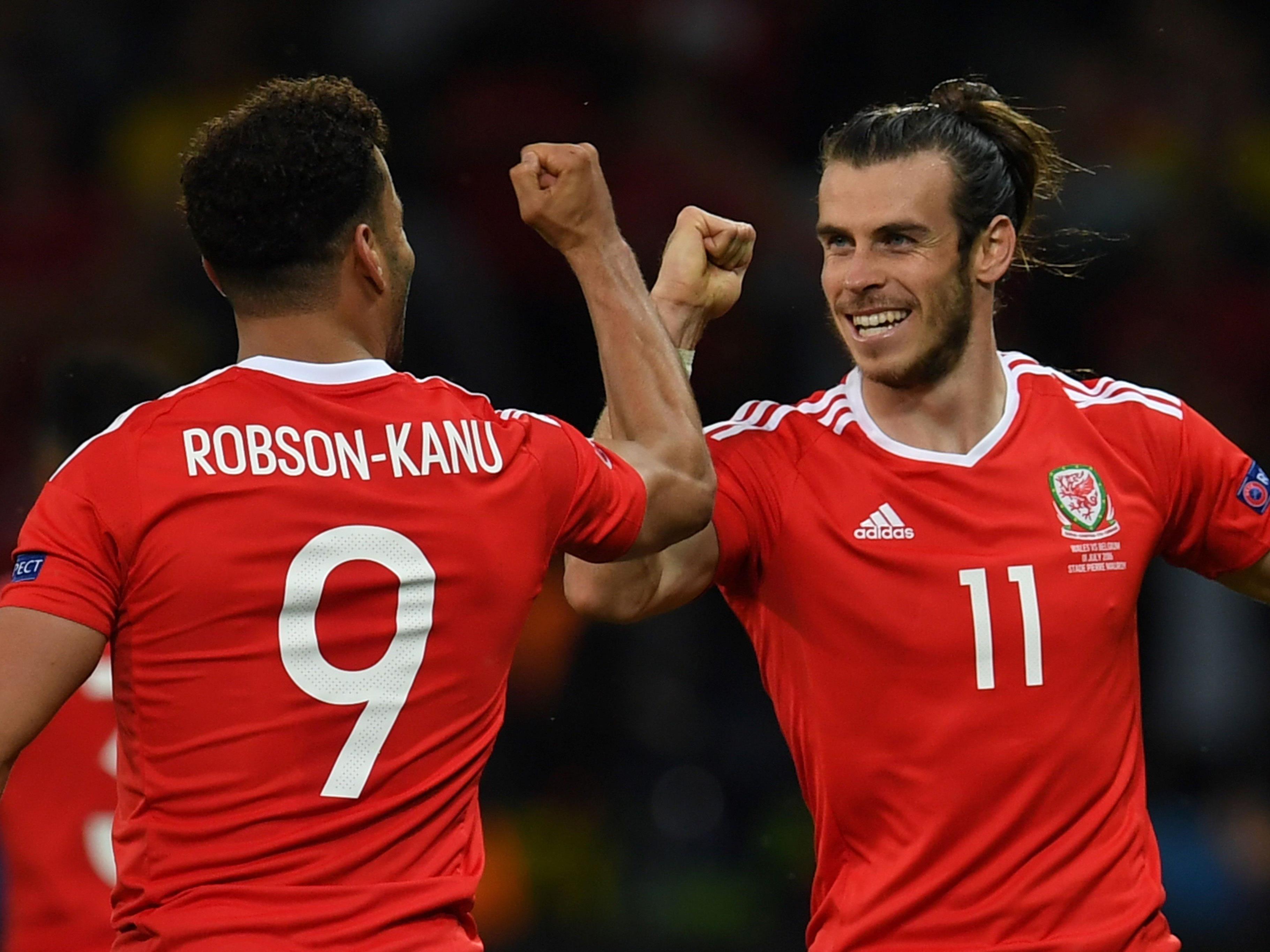 Wales-Superstar Bale (r.) jubelt mit Robson-Kanu, dem Torschützen zum 2:1.