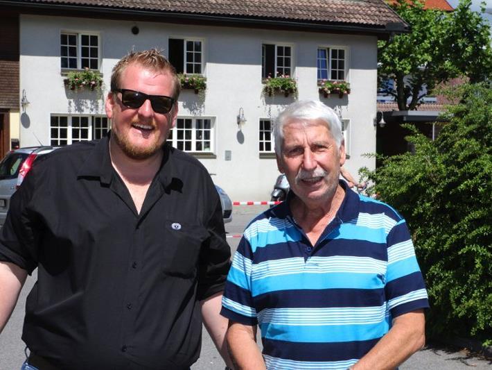 Organisator Philipp Stadelmann mit einem Teilnehmer aus Kobelwald.