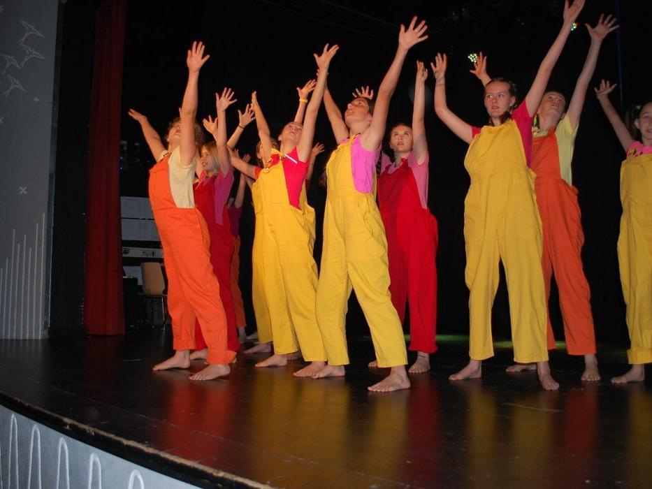 Tanzend führten die Kinder und Jugendlichen das Publikum durch die verschiedenen Jahrzehnte.