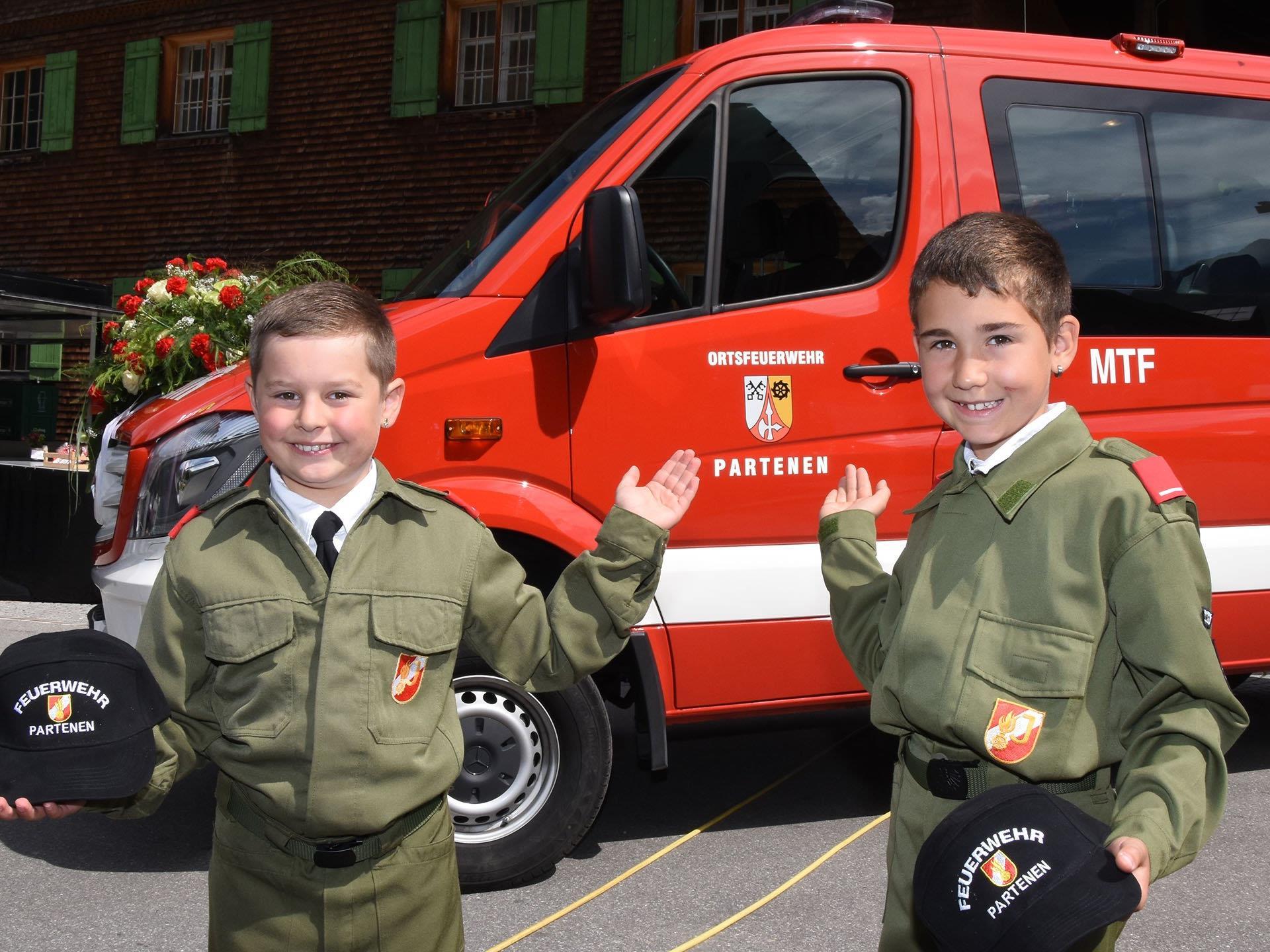 Über die Segnung des neuen Mannschaftstransportfahrzeuges freuten sich auch diese beiden Mitglieder der Partener Feuerwehrjugend.