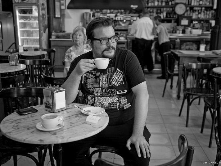 "Modelagent Dominik Wachta in seinem Lieblings-Cafe in Palma de Mallorca, der ""Bar Cristal""."