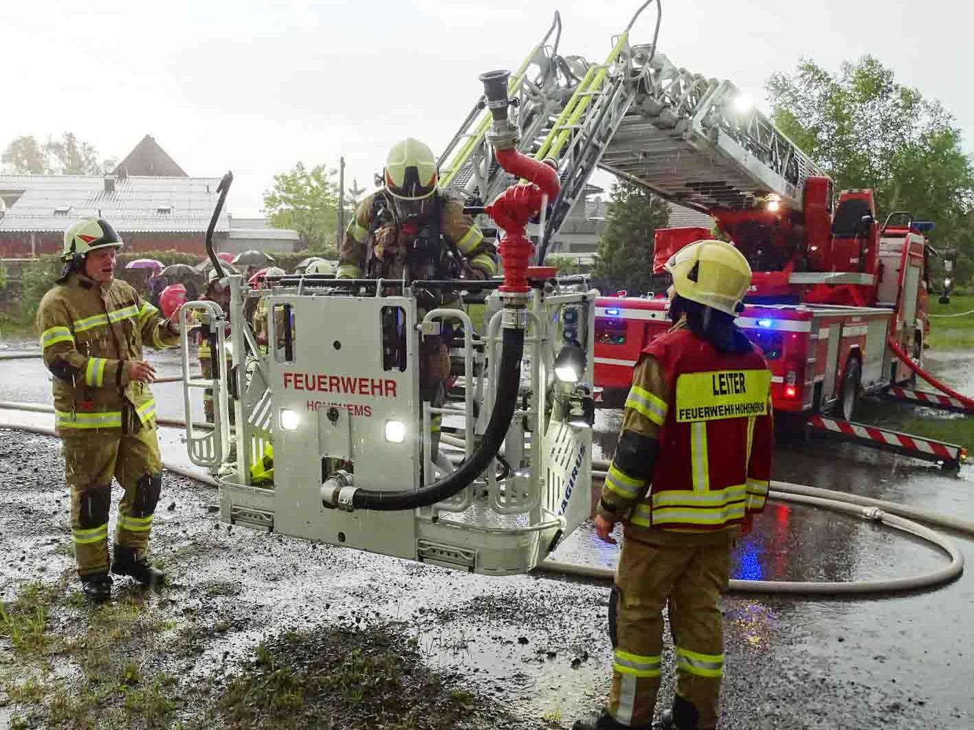 Auch die Drehleiter kam bei der Sommer-Abschlussübung der Feuerwehr zum Einsatz.
