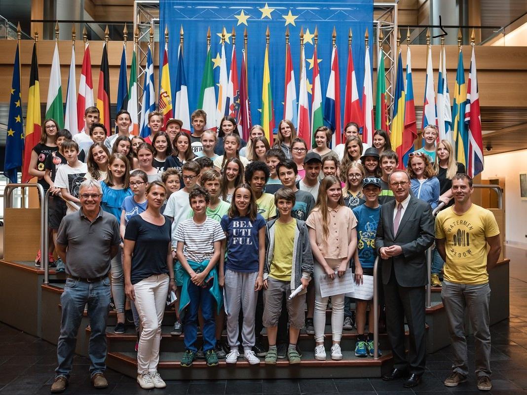 GYS-Schüler/innen im Europa Parlament mit EU-Abgeordnetem Otmar Karas