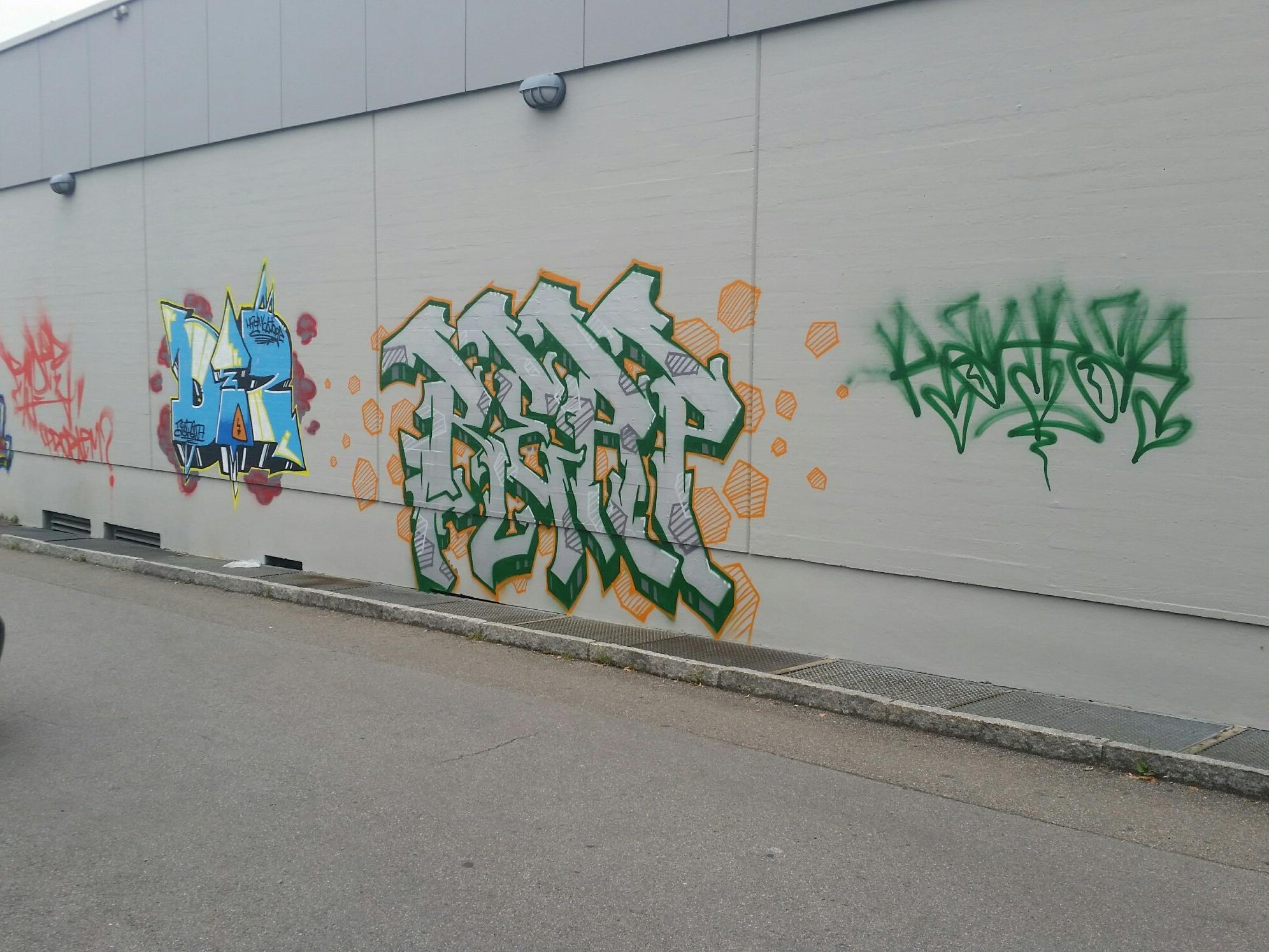 In der nacht auf Freitag sprühten bisher Unbekannte Graffities an einen Dornbirner Supermarkt.