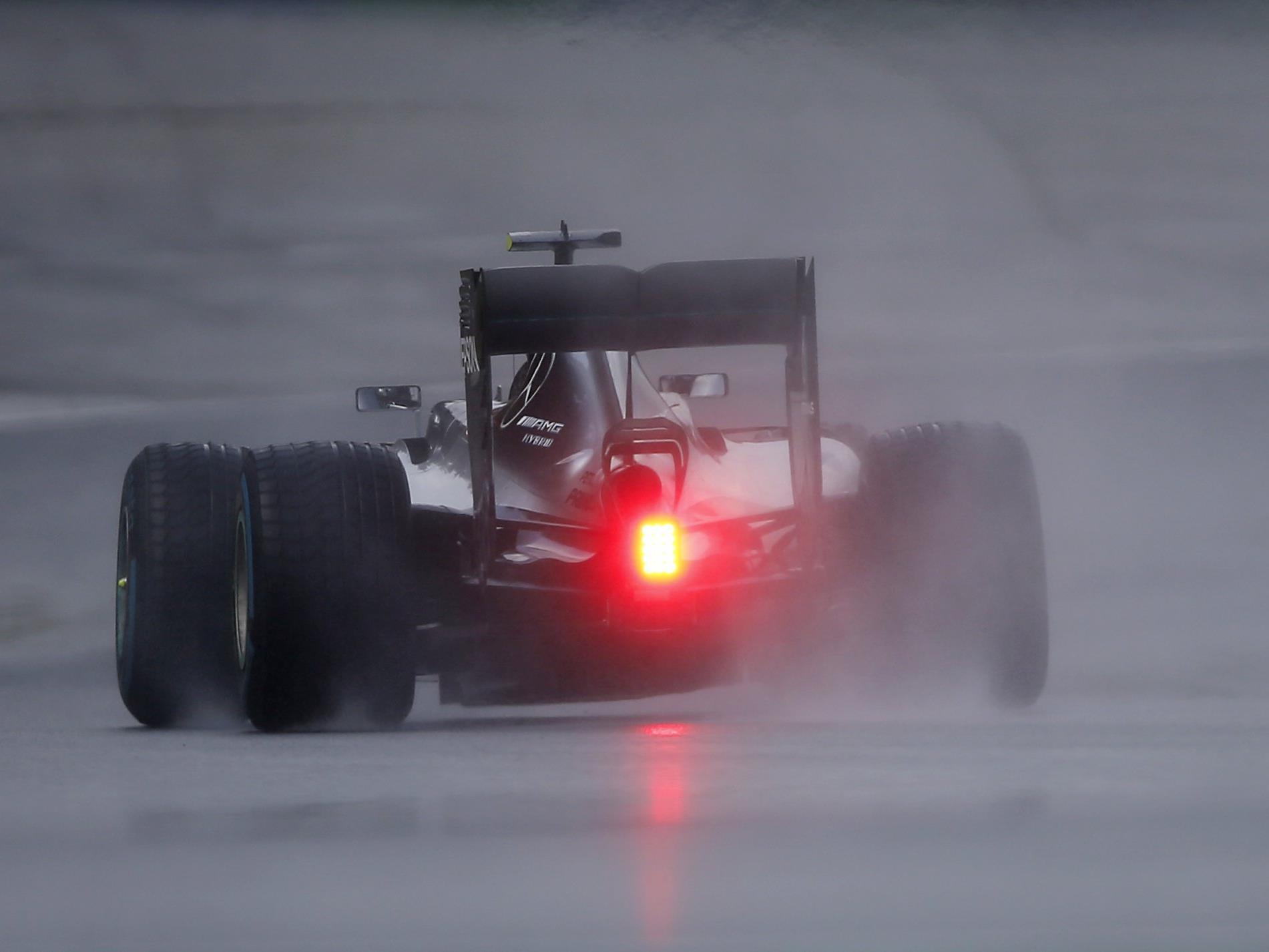 Nico Rosberg hat eine von vielen Unterbrechungen und schwierigen Bedingungen geprägte Qualifikation zum Großen Preis von Ungarn gewonnen.