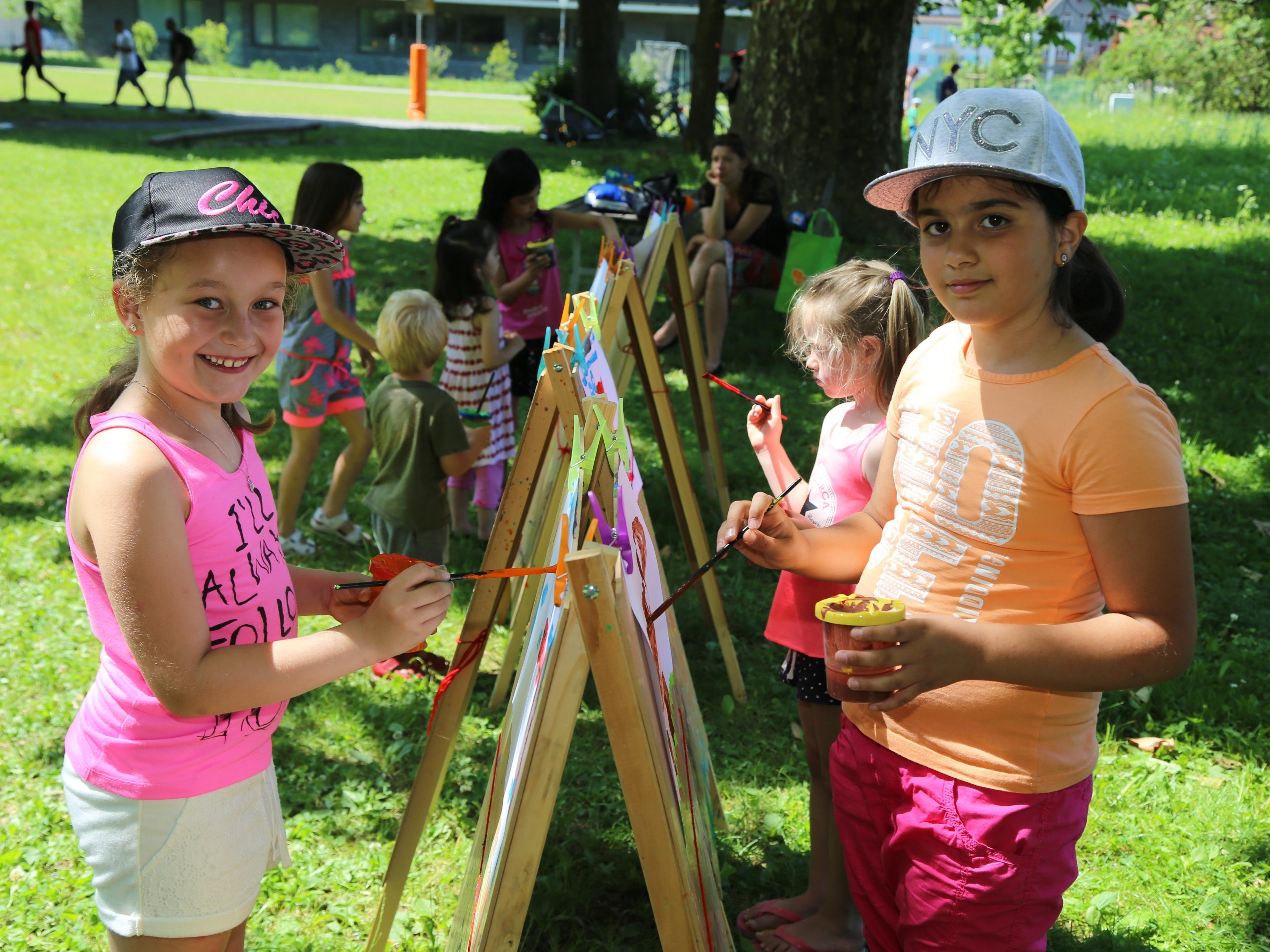 Colleen und Ela zeigten künstlerisches Talent mit dem Pinsel im Reichenfeld.