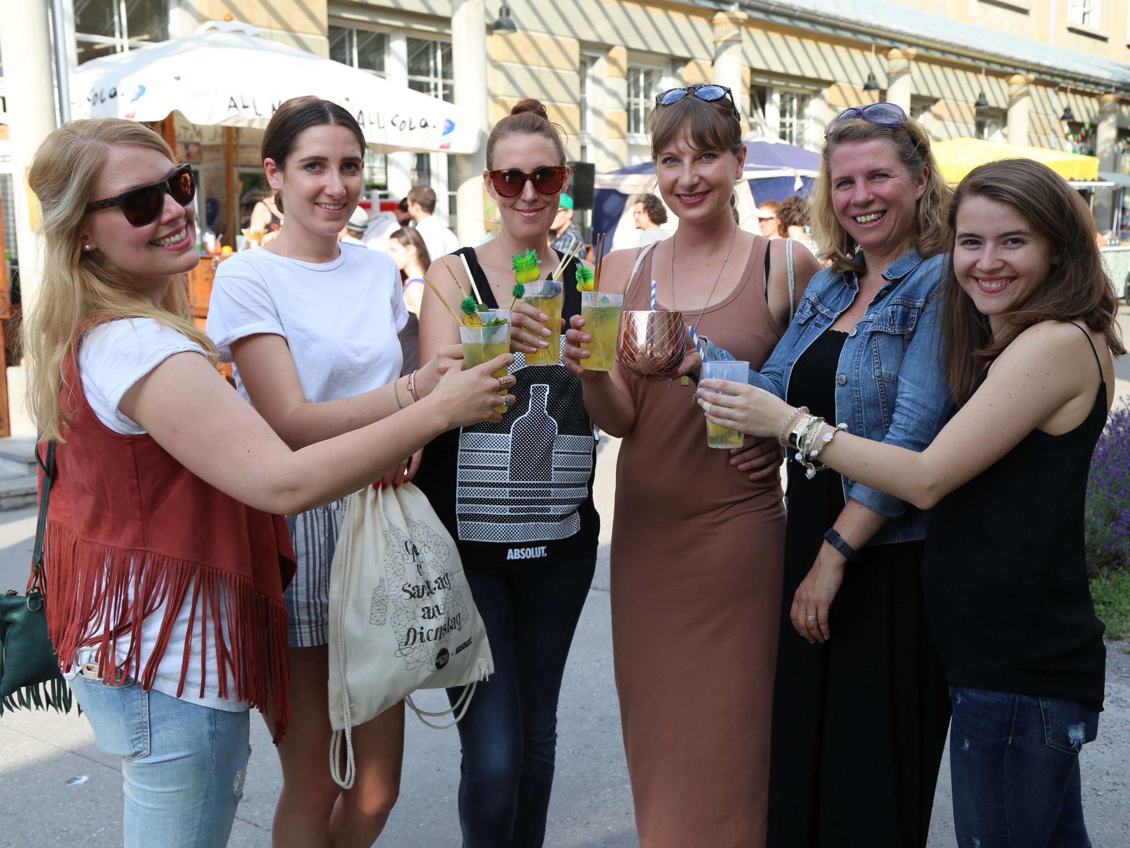 """Die Organisatoren vom Fesch'Markt genossen mit dem """"Absolut""""-Team aus Wien eine kühle Erfrischung im Reichenfeld."""