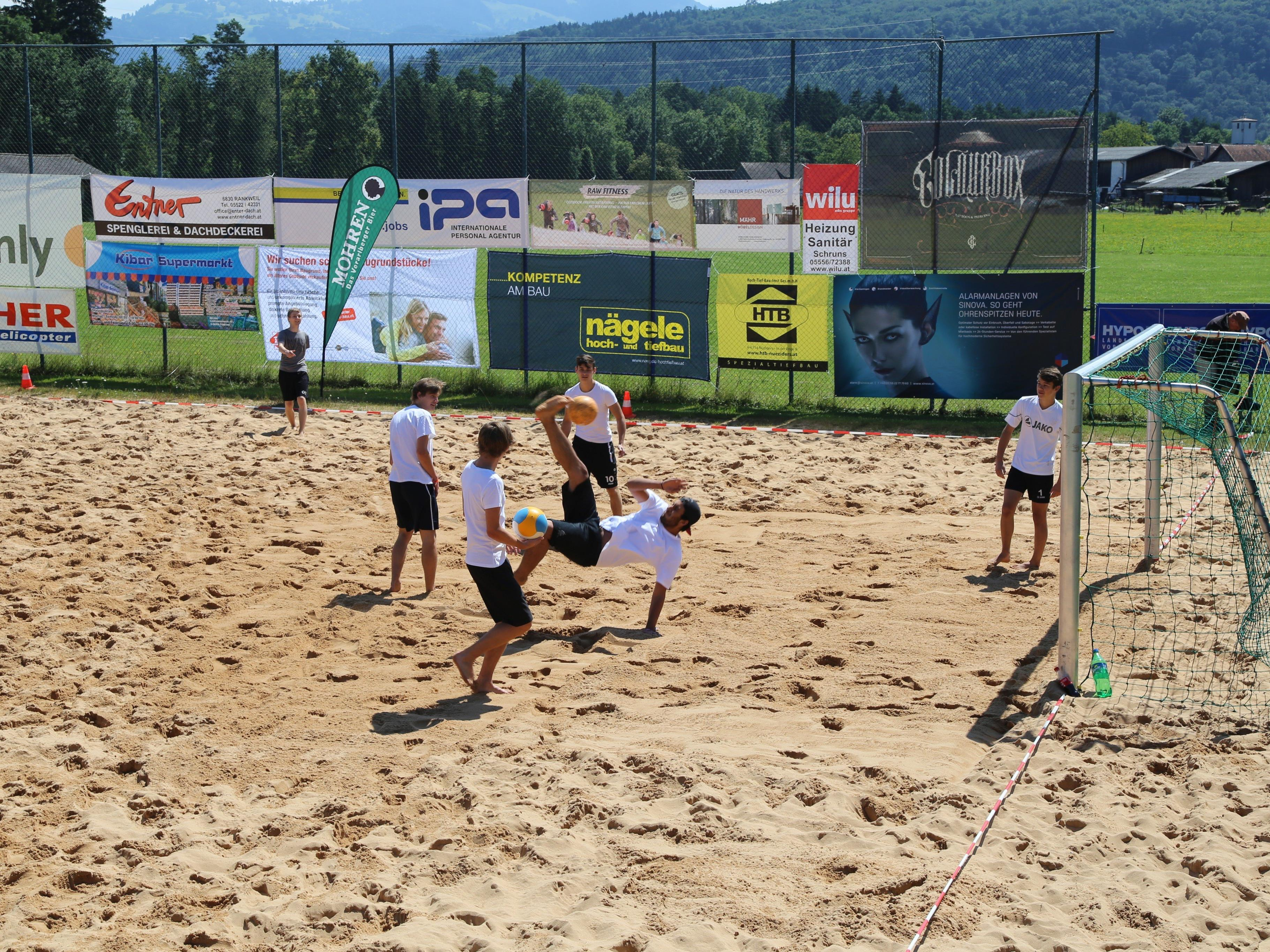 Fallrückzieher, Übersteiger und weitere Tricks wurden auf dem Volleyballplatz gezeigt.