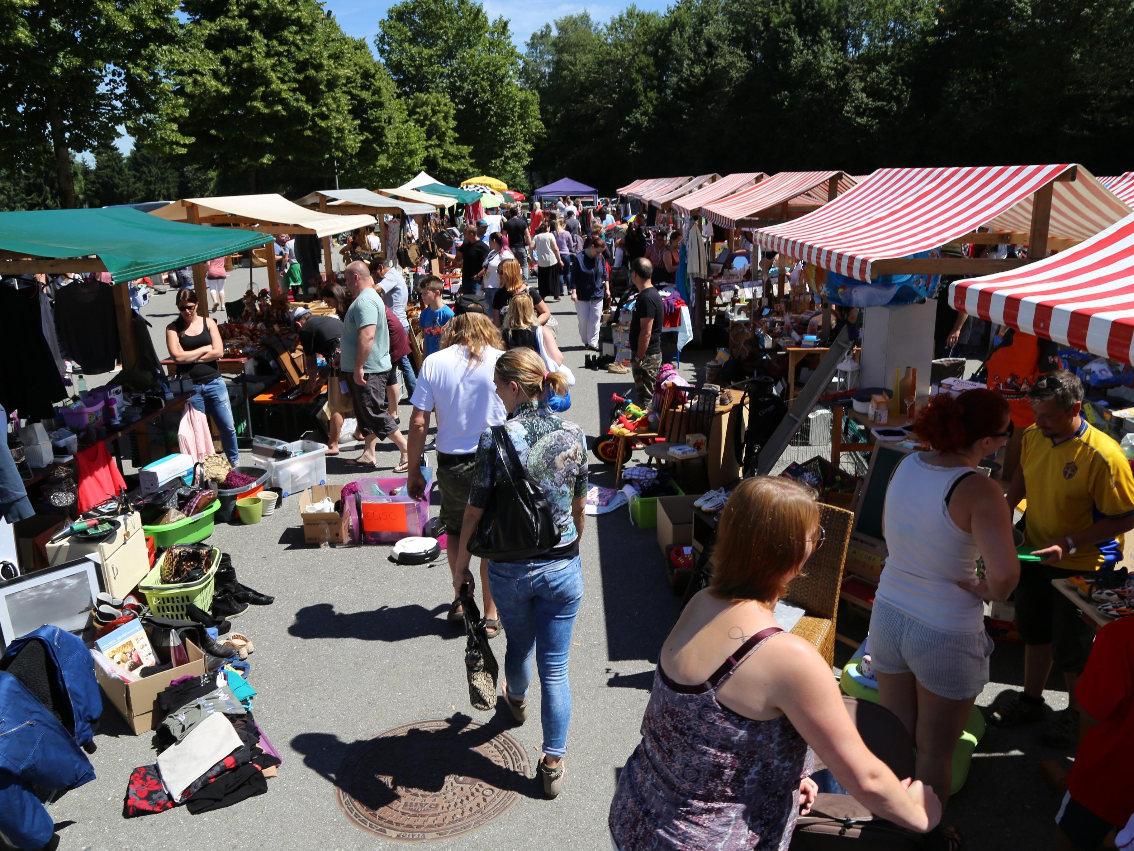 Ein großes Labyrinth am Parkplatz des TSV Altenstadt: Über 100 Marktstände waren vertreten.