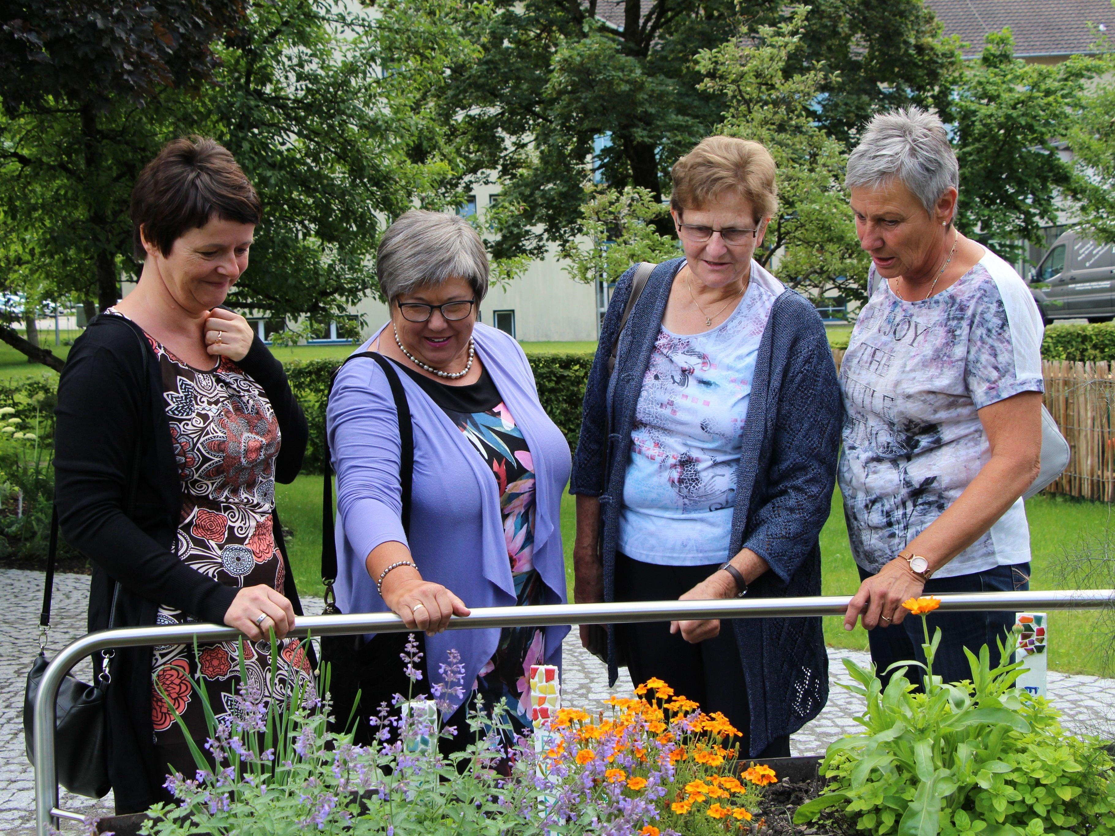Viel Begeisterung für den neuen Demenzgarten im Sozialzentrum