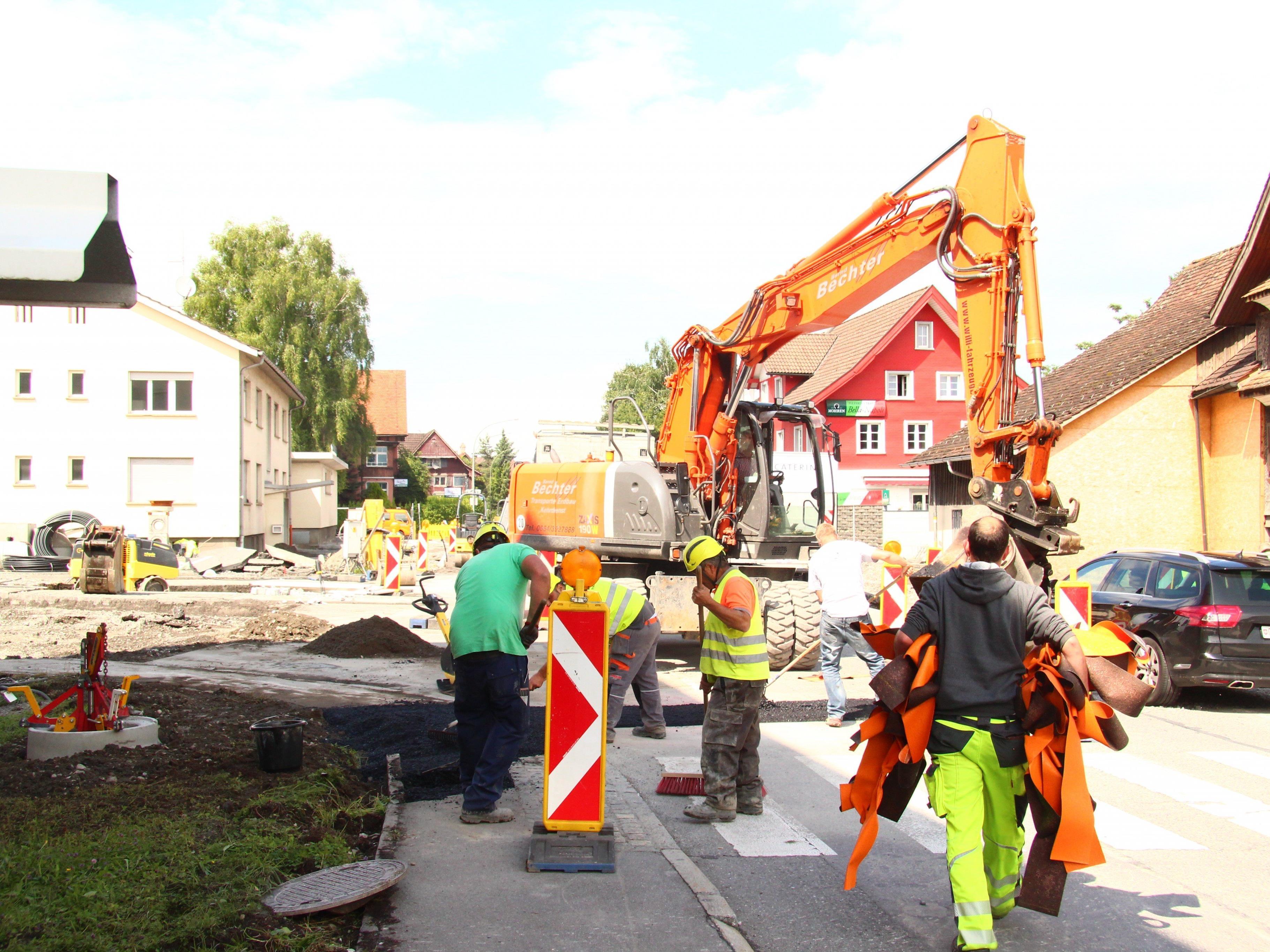Die Snierungsarbeiten an der Rheinbrücke zwischen Lustenau und Au sind in vollem Gange.