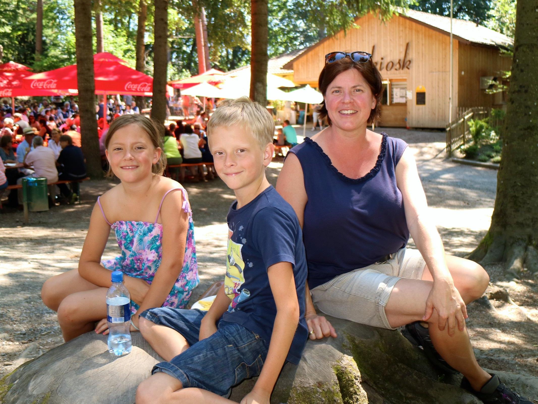 Mama Sylvia mit Lois und Heidi aus Mäder kommen immer wieder gerne in den Wildpark und genossen auch den sonntäglichen Frühschoppen.