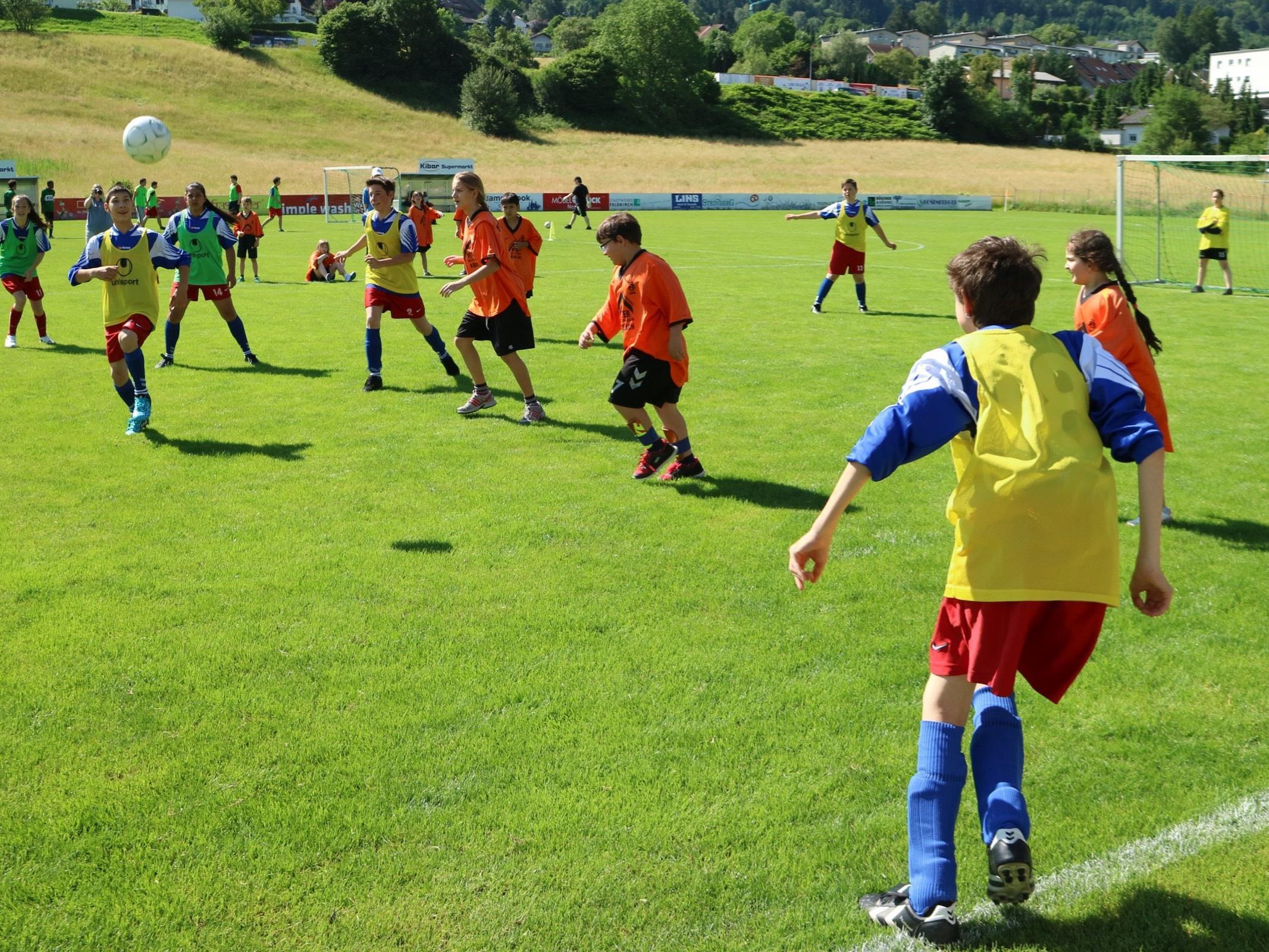 Angespornt von den EM Vorbildern kämpften Buben wie Mädchen mit großer Begeisterung um die begehrten Pokale beim Fußballfest in Tisis.
