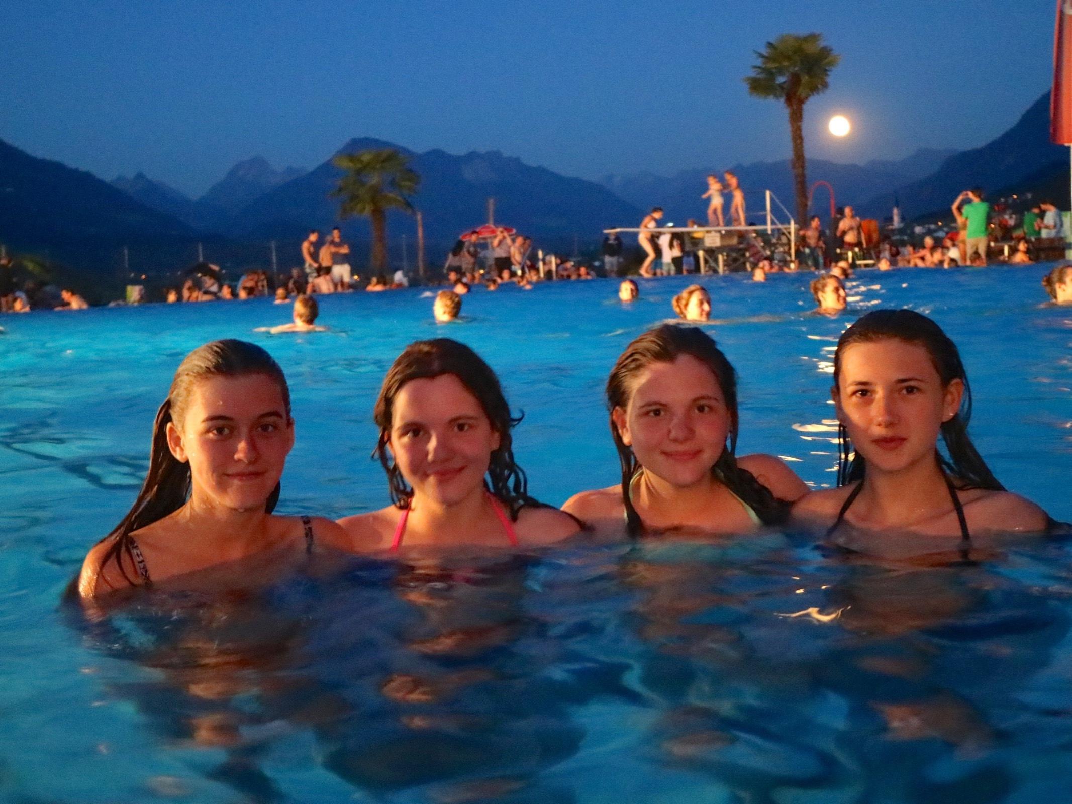 Die jungen Damen Chiara, Nadja, Desiree und Edina genossen ein tolles Badeerlebnis in der Vollmondnacht.