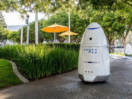 Das Robotermodell, das vor dem Einkaufszentrum in Palo Alto patroulliert.