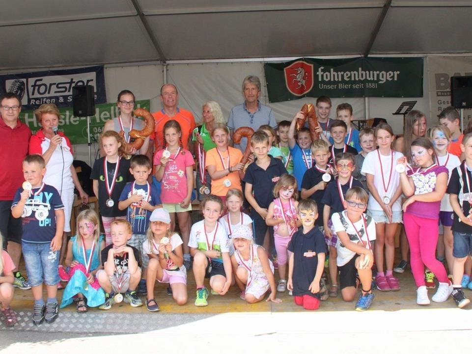 """Viel Spaß hatten die sportbegeisterten Kinder bei der ersten """"Kinderolympiade der Gemeinde"""", und alle Teilnehmer erhielten für ihre Leistung eine tolle Medaille."""