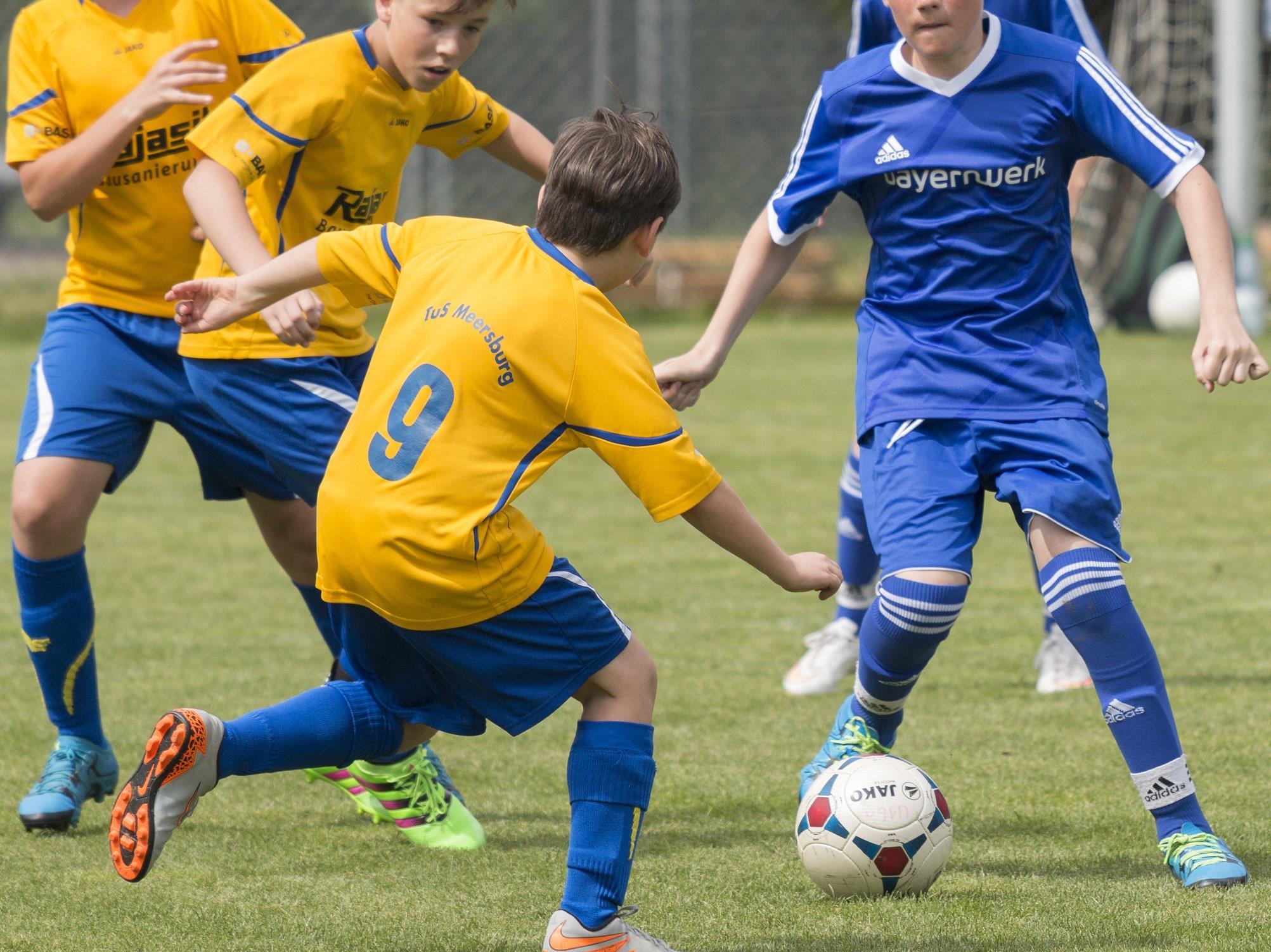 Fußballbegeisterte können sich nur zu Lothar Strehlau's 1. Karlsruher Fussballschule anmelden.