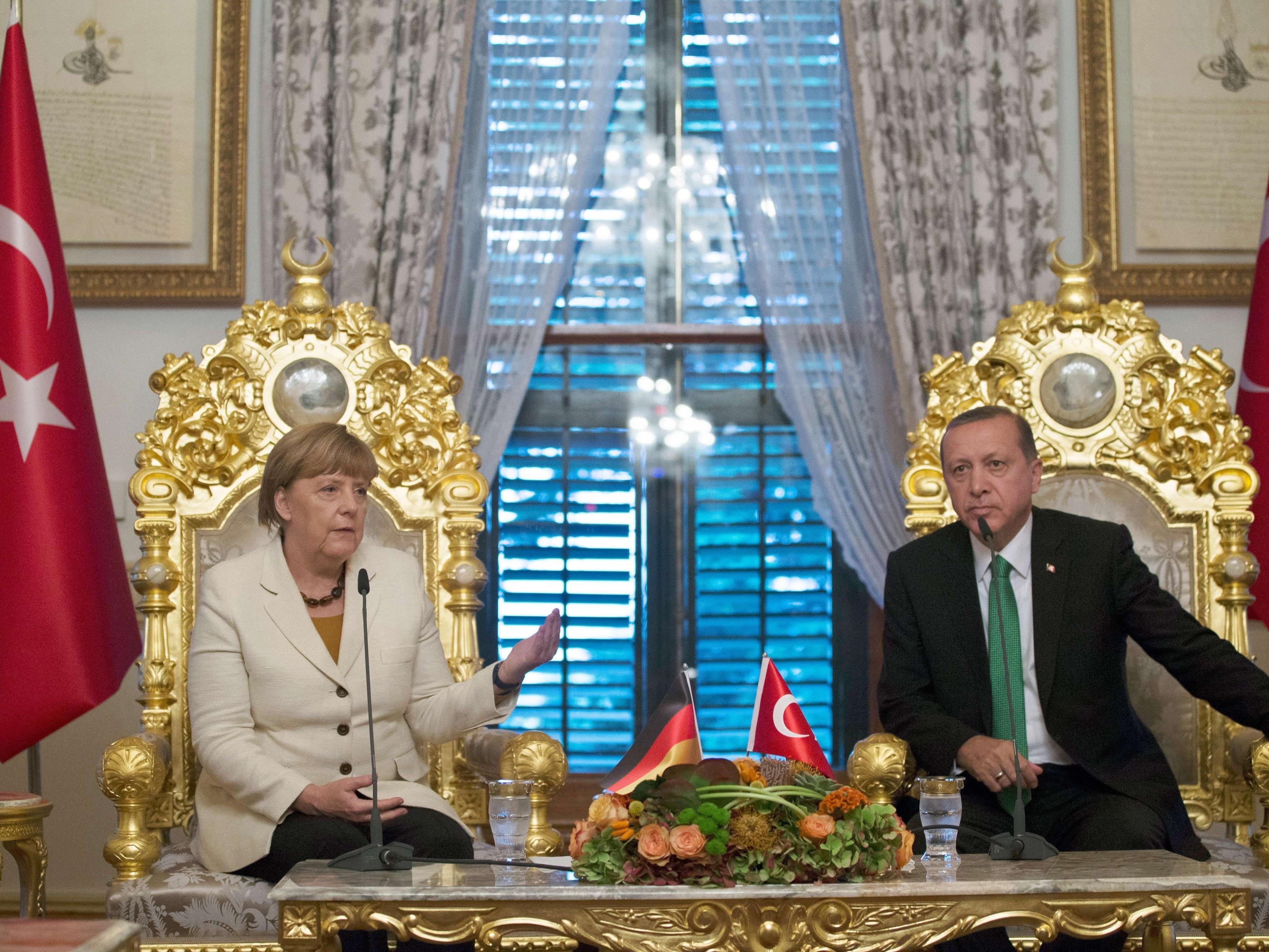 Harsche Kritik an Merkel.