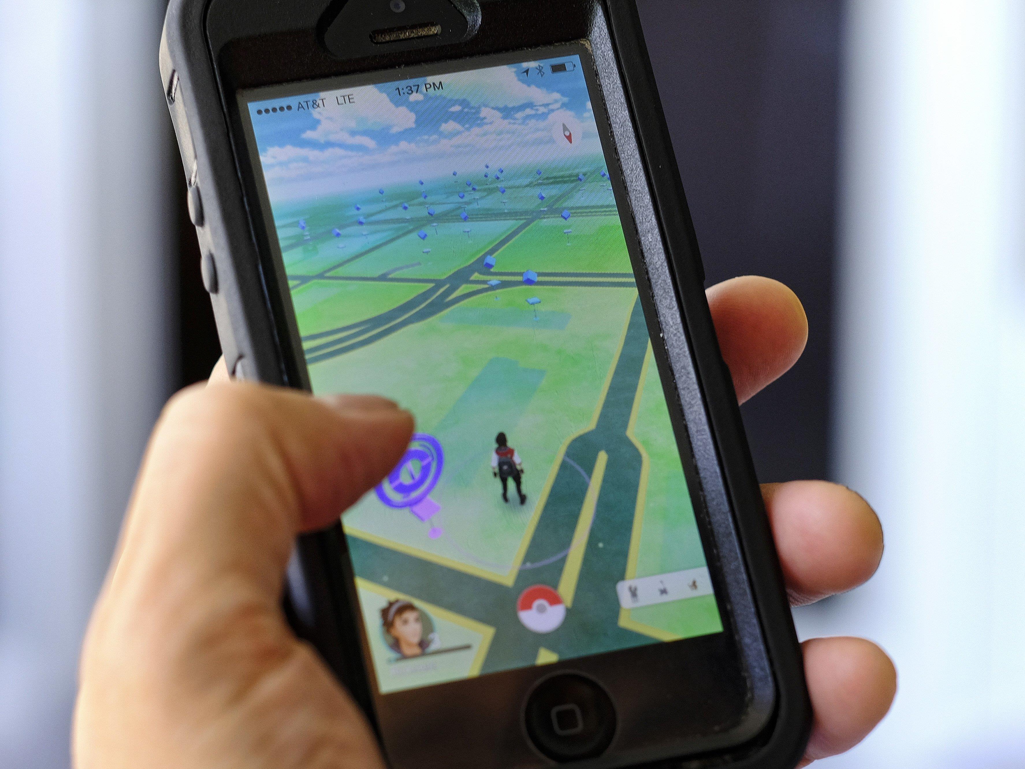 Junge Leute suchen weltweit nach Pokemon in der freien Natur