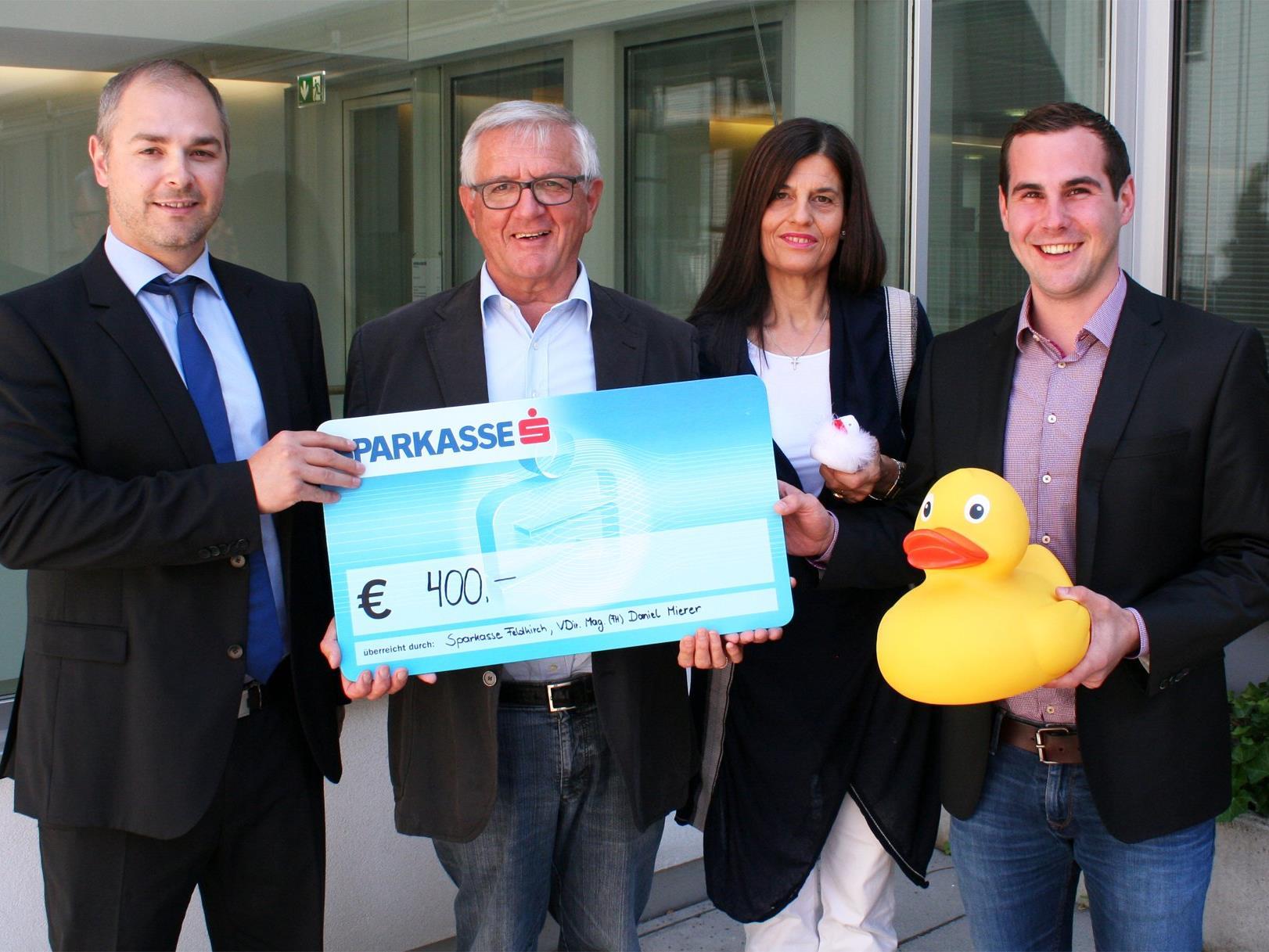 Foto: (v.li.): Vorstandsdirektor Daniel Mierer, Obmann Franz Abbrederis, Gabi Huber, Florian Hintringer
