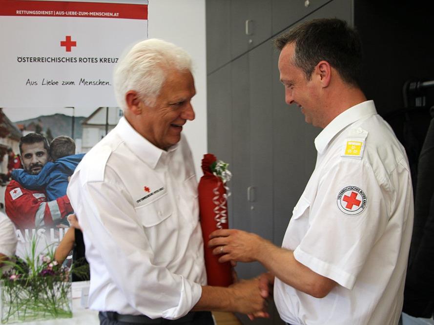Präsident Dr. Ludwig Summer bedankt sich bei Kommandant Roland Paterno für seine langjährige Tätigkeit in der Rotkreuz-Abteilung Bregenz.