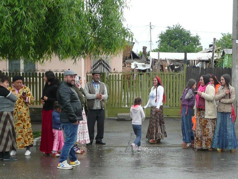 Romas an einem regnerischen Vormittag in Bereasca, Stadtteil von Ploiești (60 km von Bukarest).