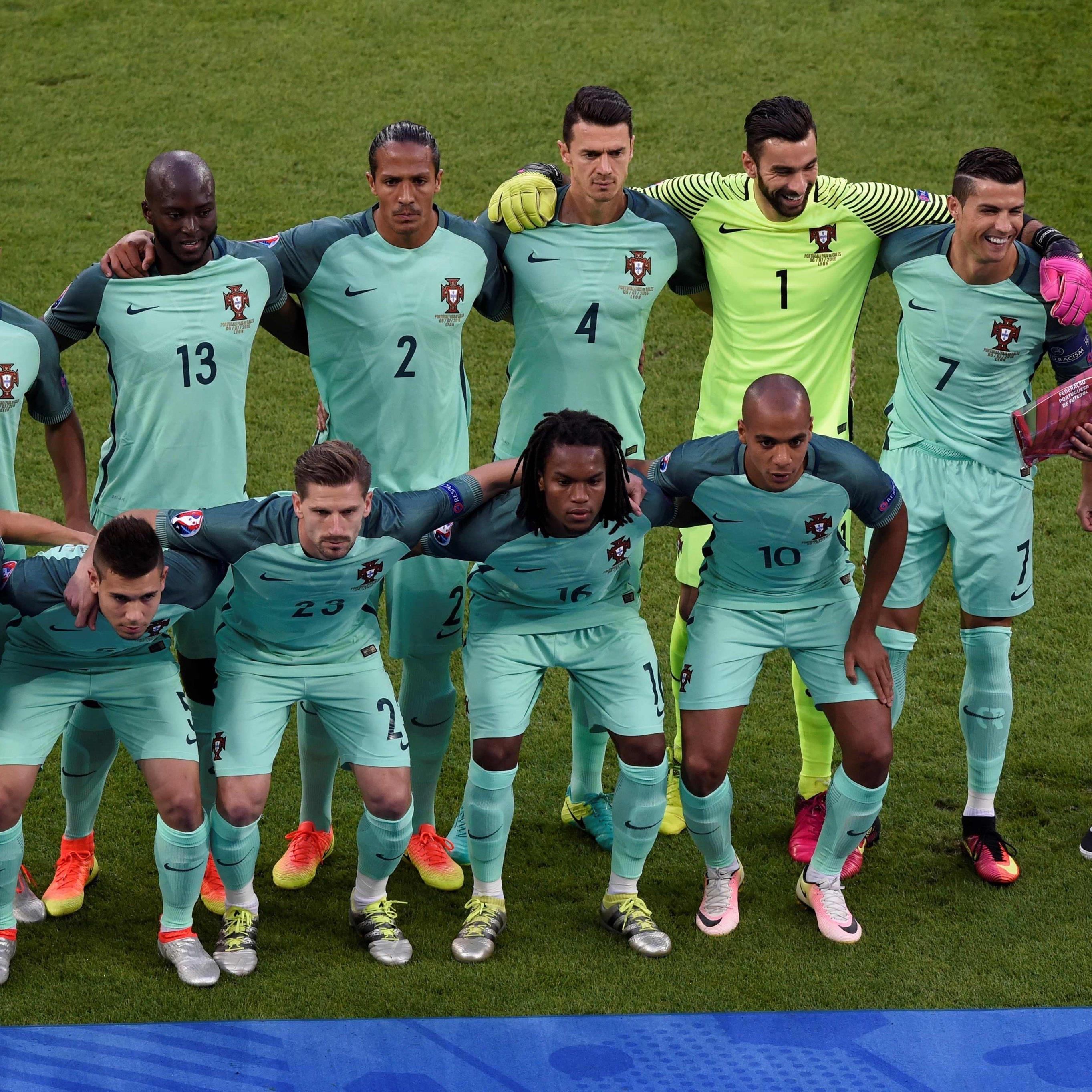 Ein Fan schmuggelte sich auf das offizielle Teamfoto Portugals vor dem EM-Halbfinale gegen Wales.