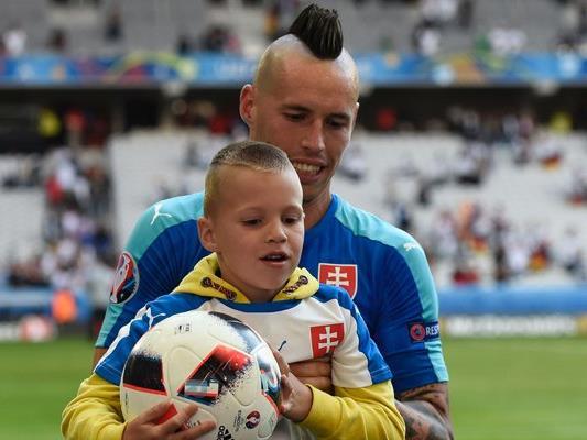 Marek Hamsik und sein Sohn zusammen auf dem Platz nach dem Viertelfinale gegen Deutschland.