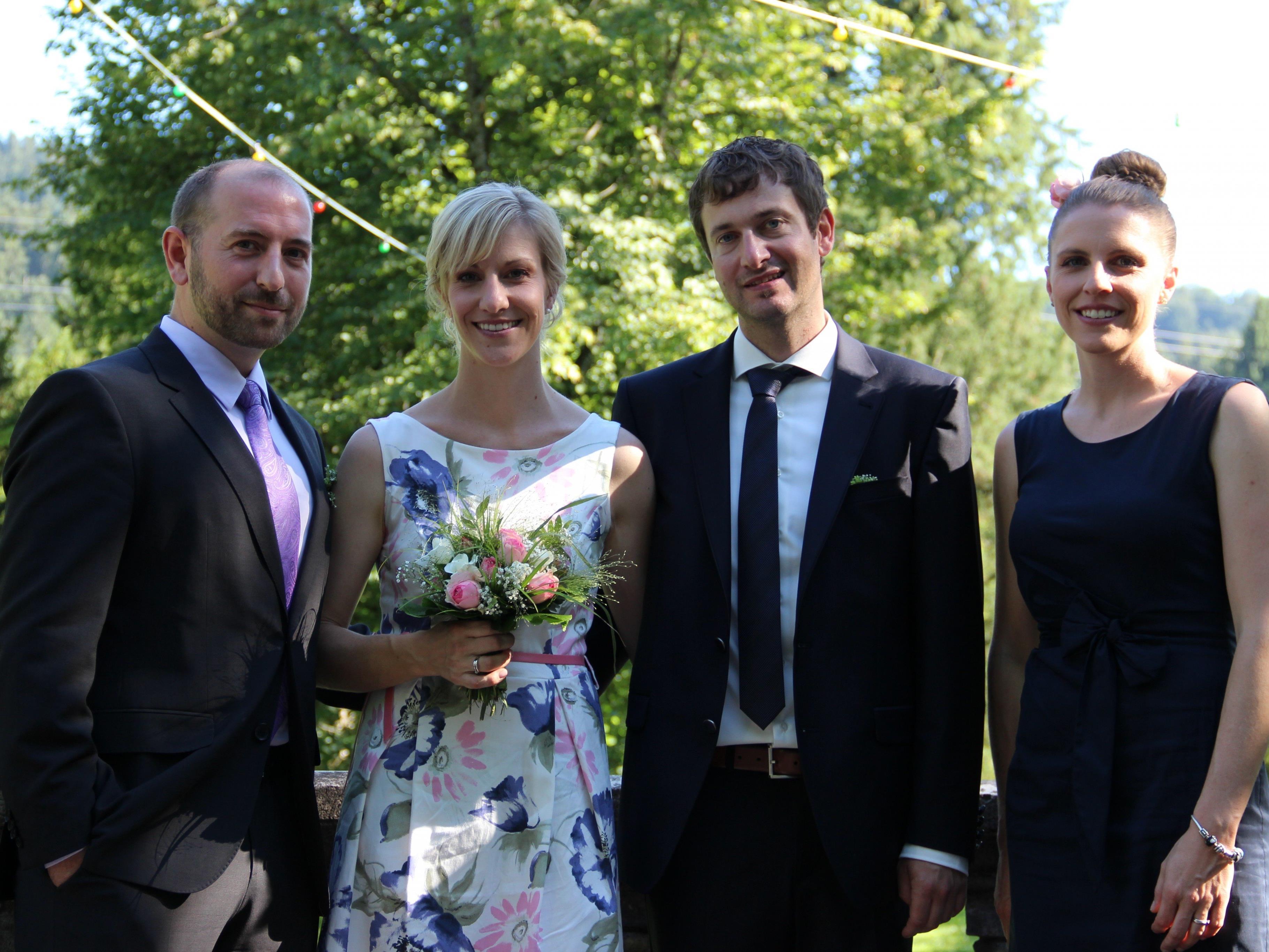 Das glückliche Paar mit den Trauzeugen auf der Terrasse der Villa Grünau.