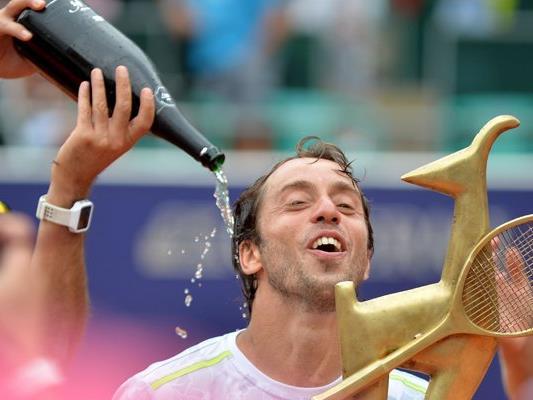 Der Sieger des Generali Open in Kitzbühel heißt Paolo Lorenzi. Der 34-jährige Italiener besiegte am Samstag im Endspiel des mit 520.070 Euro dotierten ATP-Tennisturniers in Kitzbühel den Georgier Nikolos Basilaschwili nach 1:23 Stunden mit 6:3,6:4.