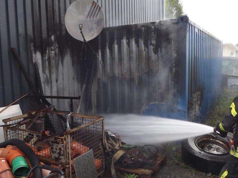 Feuer griff auf Metalfassade über