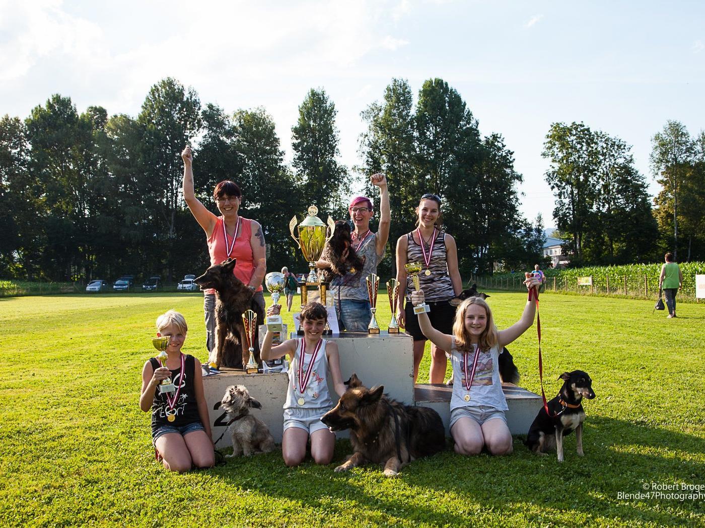 Die siegreichen Mensch-Hundegespanne. Erstmals gab es auch einen U-12-Bewerb für Kinder.