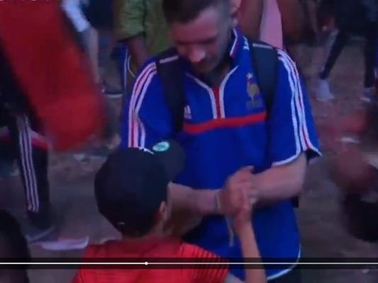 Der kleine Mathis tröstete den in Tränen aufgelösten Frankreich-Fan.