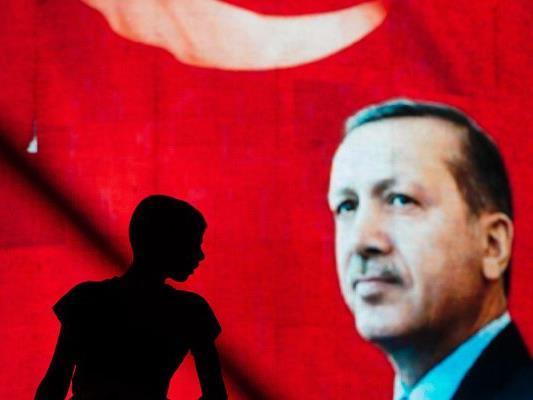 In der Türkei gilt nach dem Putschversuch für drei Monate der Ausnahmezustand. Das kündigte der türkische Präsident Recep Tayyip Erdogan am Mittwoch nach einer Sondersitzung des Nationalen Sicherheitsrates und des Kabinetts in Ankara an.