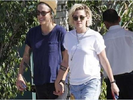 Die Schauspielerin hält Händchen mit ihrer neuen Freundin