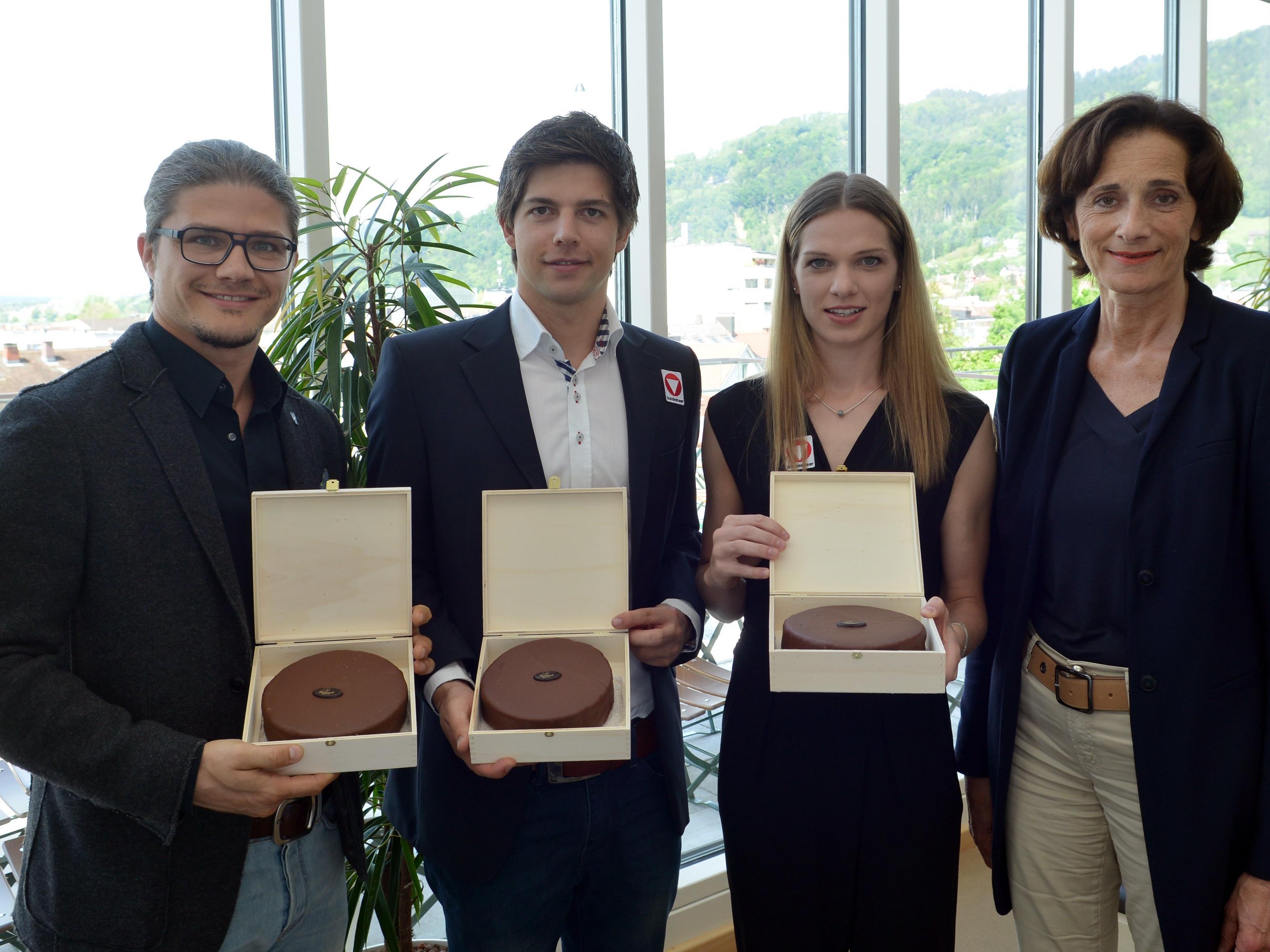 Marc Sohm, David Obernosterer und Elisabeth Baldauf verabschiedeten sich mit den besten Wünschen von Landesrätin Bernadette Mennel in Richtung Olympia.