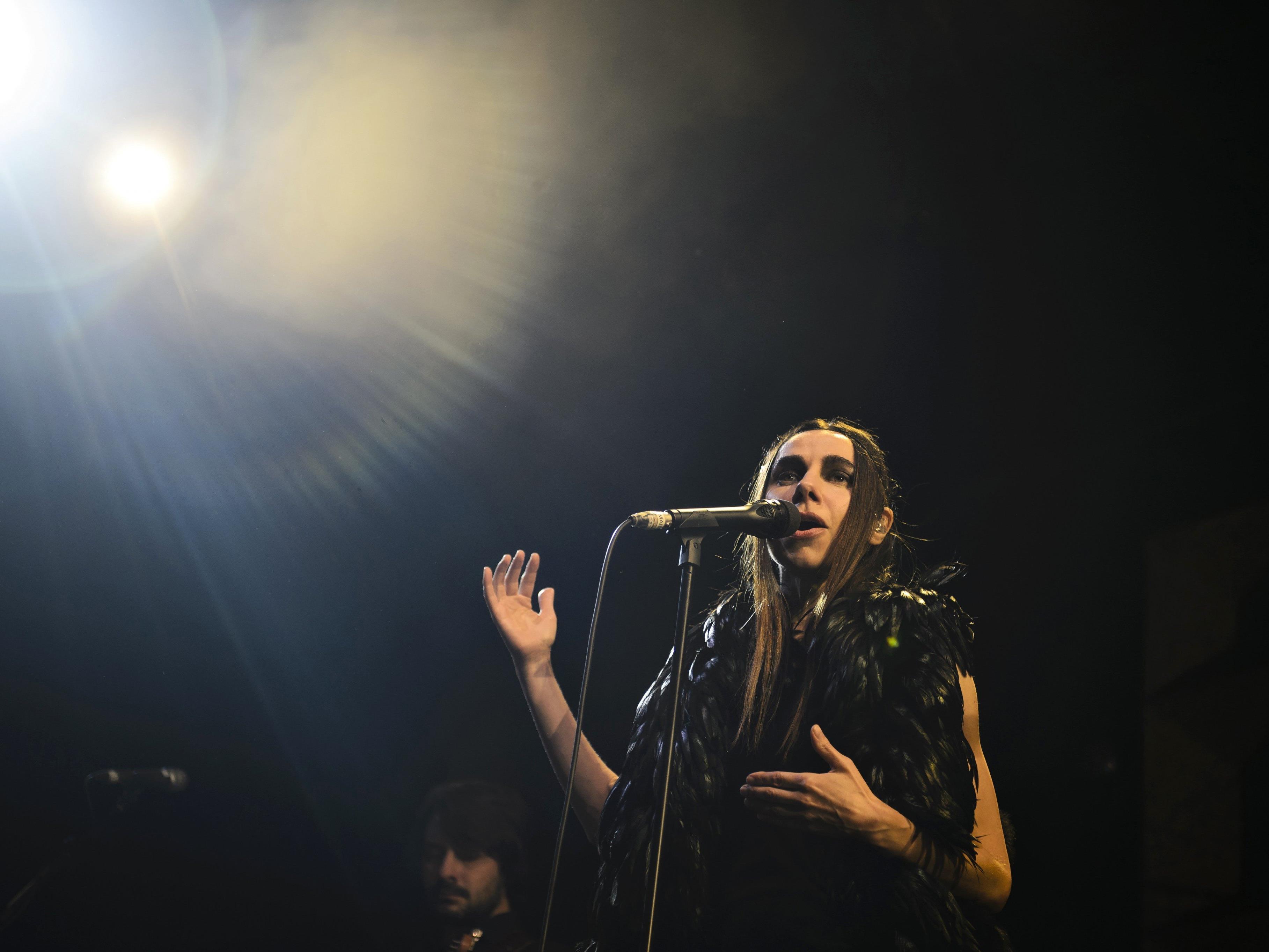 Marschkapelle und Gesellschaftskritik: PJ Harvey begeisterte in Wien
