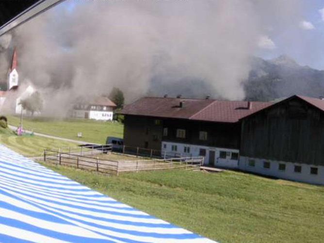 In Siebratsgfäll im Bregenzerwald ist ein Stall in Vollbrand geraten.