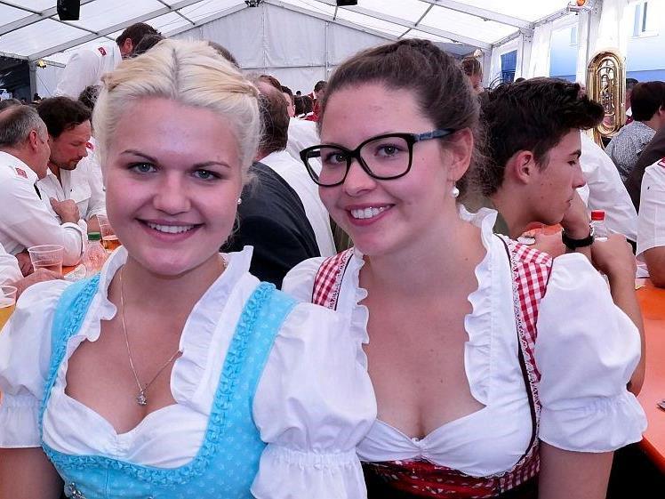 Charmante Frauen beim Feuerwehrfest in Lingenau
